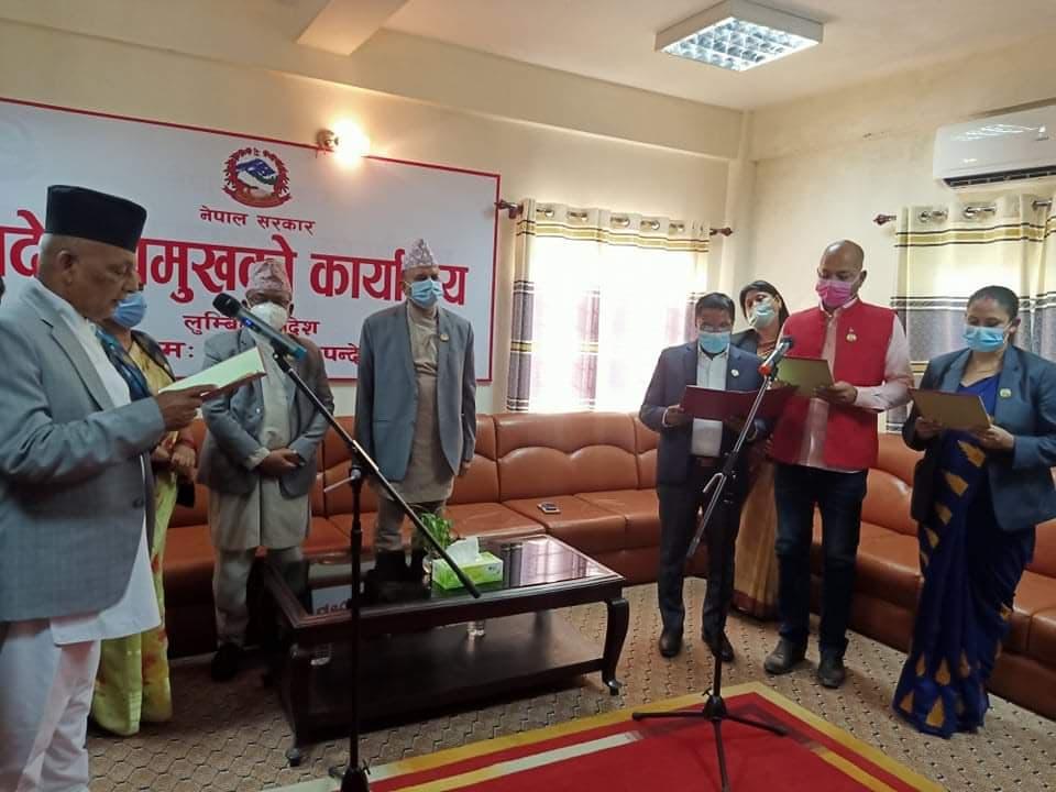 लुम्बिनी प्रदेश सरकारका नवनियुक्त मन्त्रीहरुले पद तथा गोपनीयताको शपथ लिए